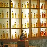 בקבוק קורווזיה כשמאחוריו מוצגים כל הרכיבים מהם עורבב המשקה הסופי - BLENDED
